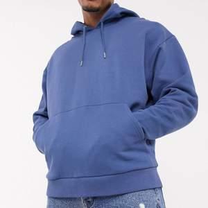 Säljer denna fina blåa hoodie från ASOS mansavdelning. Den är i strl XS men den är oversized på mig som oftast brukar ha xs/s. Har inte använt den en endaste gång så den är i toppenskick.