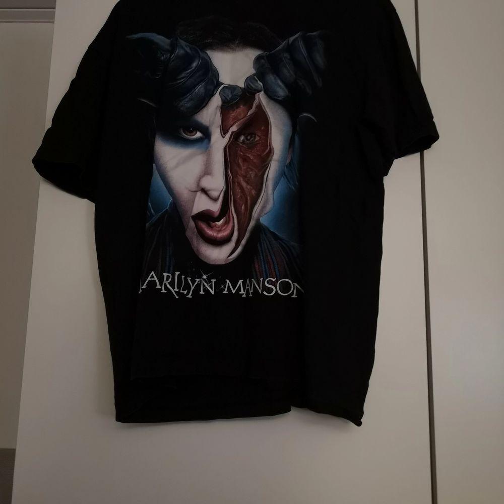 Merch/ T-shirt med Marilyn Manson. Trycket är fint och inte slitet. True to size! . T-shirts.