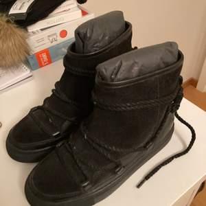 Oanvända svarta skor från park west i inuikii liknande modell. I storlek 36 och i äkta mocka.   Kan fraktas eller avhämtas i Linköping eller Stockholm (Täby)!