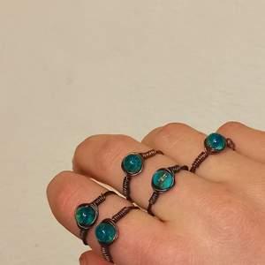 Egengjord ring i brons med blå turkos pärla. Lite kristall aktig. Skriv om du har frågor :)