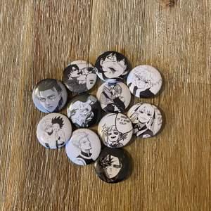 Anime pins med några favisar på 🖤 10:-/st frakten är 12:- oavsett antal pins. Vi har fler pins på profilen, kolla för fler babes 🌹