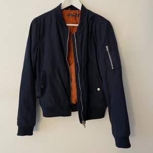 Marinblå bomberjacka. Defekt på ena fickan därav priset, se bild 3. Passar XS-M Frakt tillkommer
