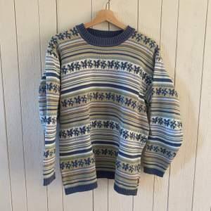 En stickad tröja med snygg passform och klassiskt mönster. Storlek: L men passar även till S/M om man vill ha den oversized. Vintage. Originalpris: 700kr.
