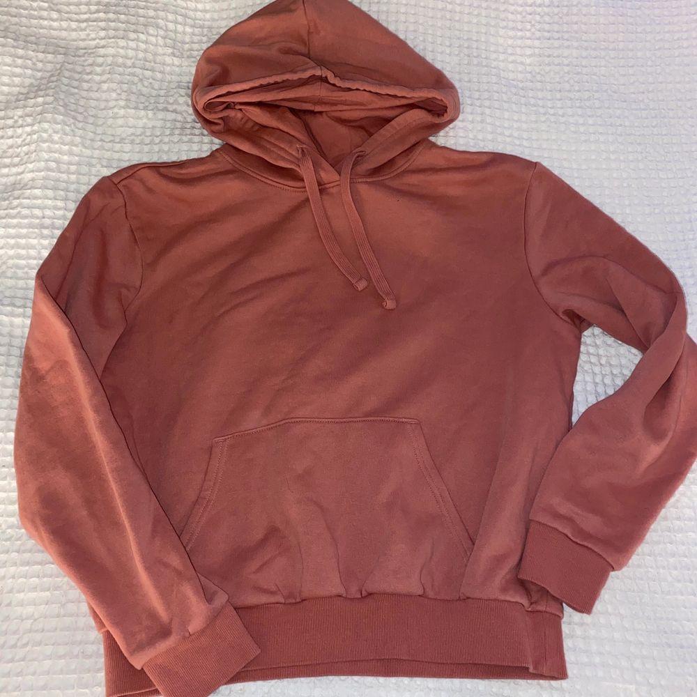 Super fin hoodie som är helt oanvänd, alltså är den i nyskick!. Tröjor & Koftor.
