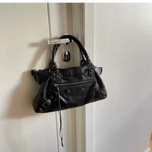 Lägger ut igen) Säljer min älskade Balenciaga väska. Fantastisk färg och stilren. Riktigt bra skick och sparsamt använd. Tillkommer spegel (som man kan ta av om man vill) samt dustbag. Givetvis ÄKTA. Vätskan är köpt på Natalie Schuterman. Nypris på väskan är ca 16.000kr. Skickas spårbart för 120kr. Skambud undanbes. 💗💗💗 pris kan diskuteras vid snabb och smidig affär