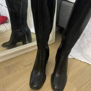 säljer mina as snygga boots från zalando i storlek 37. nypris 500kr använda ca 3ggr. klackhöjd 9.5cm