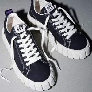 Säljer mina eytys odessa sneakers i storlek 36💕Inköpa 25 mars så inte använda så många gånger💕I nyskick!! Buda privat. Original pris 1600kr (Svarta skosnören tillkommer + orginal låda och dustbag)