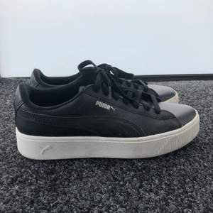 Storlek 41 , svart/vita puma skor. Knappt använd i 10 minuter. Vid frakt kontakta mig