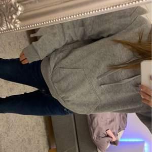 Säljer denna super fina och sköna gråa hoodie. Andvänt fåtal gånger men vällt behandlat.✨ NYPRIS 200kr säljer för 80kr + frakt 💕