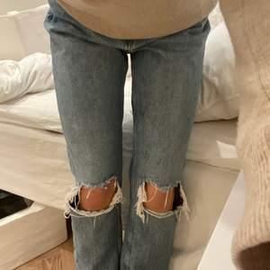 Blå jeans med hål!