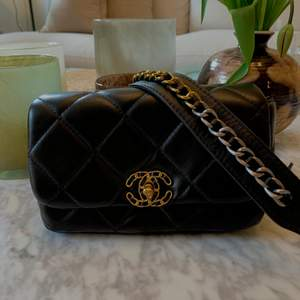 Så fin toppenkopia av Chanel 19. Nästan oanvänd och väldigt fint skick! 🪐