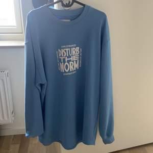 Snygg lång tröja från carlings, man kan även ha den som klänning eller vika upp den som en snygg oversize tröja. Den kommer från herravdelningen storlek L
