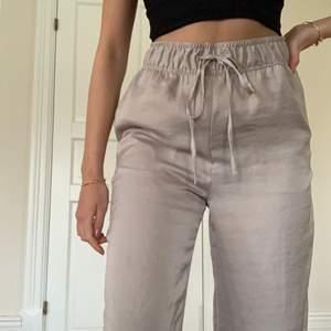 Säljer dessa snygga linne/siden-byxor, straightleg från HM💕💕(Helt nya!!) Storlek S. (Jag är 168 cm) Kan skicka men köparen står för frakt🥰 Högsta bud: 300kr