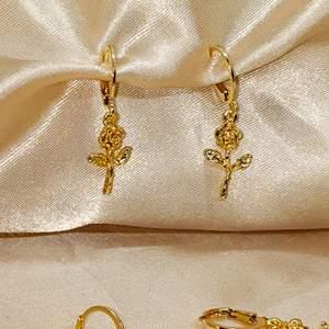 Rose drop earrings i guld. Kosta 30kr/par, frakt 15kr. Passar perfekt till många outfits. Material zinc alloy. Jag skickar bild på paketet innan jag posta.