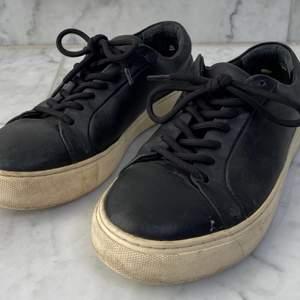 Svarta skor från Royal RepubliQ i stl. 38. Nypris 1400kr, säljer dom för 200kr