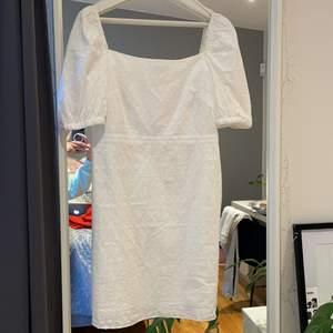 Supersnygg vit klänning från and other stories. Köpt i år, men säljs för att jag hittat en annan klänning. Helt oanvänd, prislapp sitter kvar. Nypris 660kr.