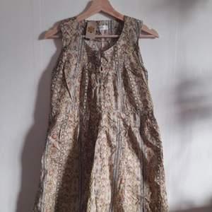 Härlig klänning i fint vintage-mönster. Pm för mått.