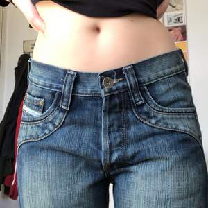 Väldigt coola och unika lågmidjade jeans! Storleken är uppskattad 💞