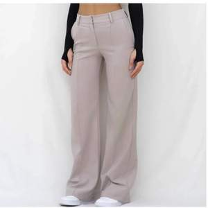 Ett par skit snygga kostym byxor som är köpta här på Plick men dom var het nya med prislappen❤️ de är från venderbys och är i storlek Xl men skulle säga S/M❤️ modellen på bilden är 170cm