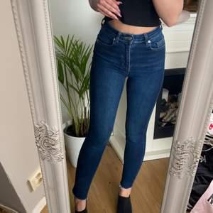 Dö snygga high waist jeans från NA-KD med rippade kanter nere vid anklarna. Säljer för de tyvärr inte kommer till användning längre. Använt några gånger bara så de är felfria och hela!