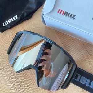 Ett par trendiga skidglasögon, helt nya med etikett kvar. Nypris 799 kr.