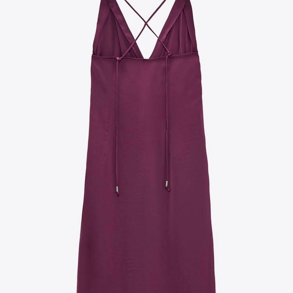 Blank Zara klänning med v-ringning! Storlek XS! Det står jättefin på 🤩 Jag använda en gång! Färg är plommon! Köpte för 399kr och vill sälja för 250kr😊. Klänningar.