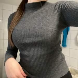 Säljer denna tröja ifrån Ginatricot. Mörkgrå & ribbad. Storlek M, passar även S. Köparen står för frakt 💞