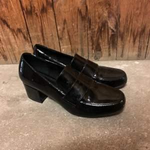 Klassisk skön sko från din sko i charol material. Superfin till våren. Tyvärr för stora. Inköpta för 399kr.
