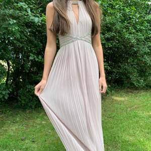 Säljer nu en klänning som jag har använt under endast en gång. Köpt på Zalando från märket TFNC London priset var runt 1000 kr säljer nu för endast 450!💕 Fler bilder vid intresset