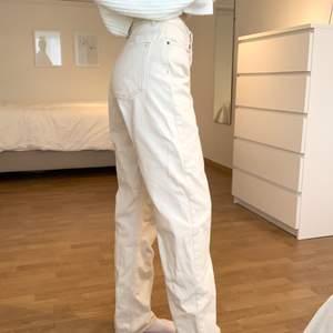 Säljer dessa gräddvita jeansen som är i jättebra skick! Är i storlek S men skulle säga att de känns mer som M då de är lite stora på mig som vanligtvis är S. Säljs för 100kr+66kr frakt🤍🤍