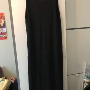 Oanvänd svart långklänning med djup rygg från HM. Snygg till klackskor och skön att ha på sommaren