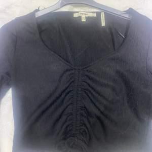 Säljer den här svarta toppen som är oanvänd eftersom den är för tight på mig , den är trendig just nu och passar med alla jeans , den är storlek M men den passar som S för den är tight