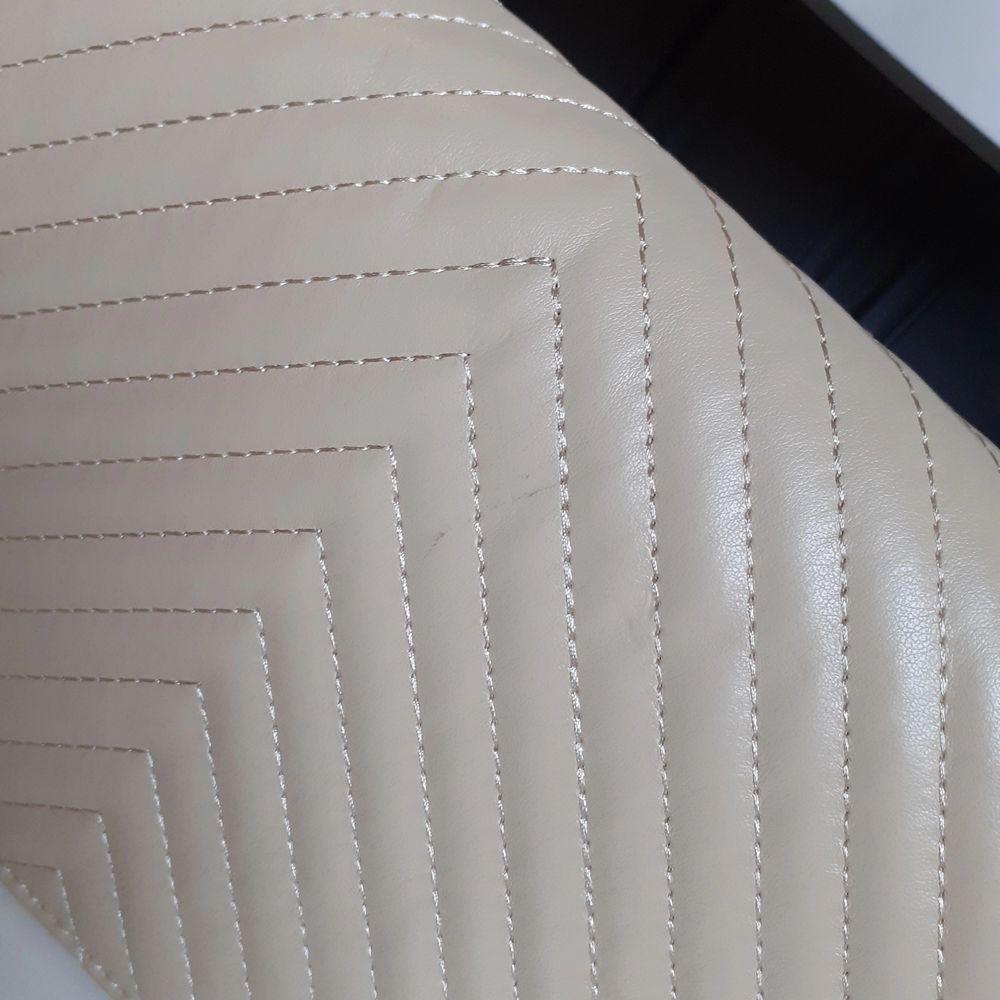Superfin beige väska❤Fint skick då sällan använd(endast pytteliten svart fläck/litet streck på baksidan som knappt syns-se bild 3). Frakt: 66:- spårbart.. Väskor.