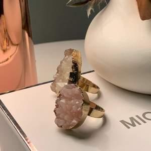 Super coola ringar. I storleken M! Fina stenar med guldiga kanter.💍💍 buda:) (kan skicka men köparen står för frakten.) styck pris