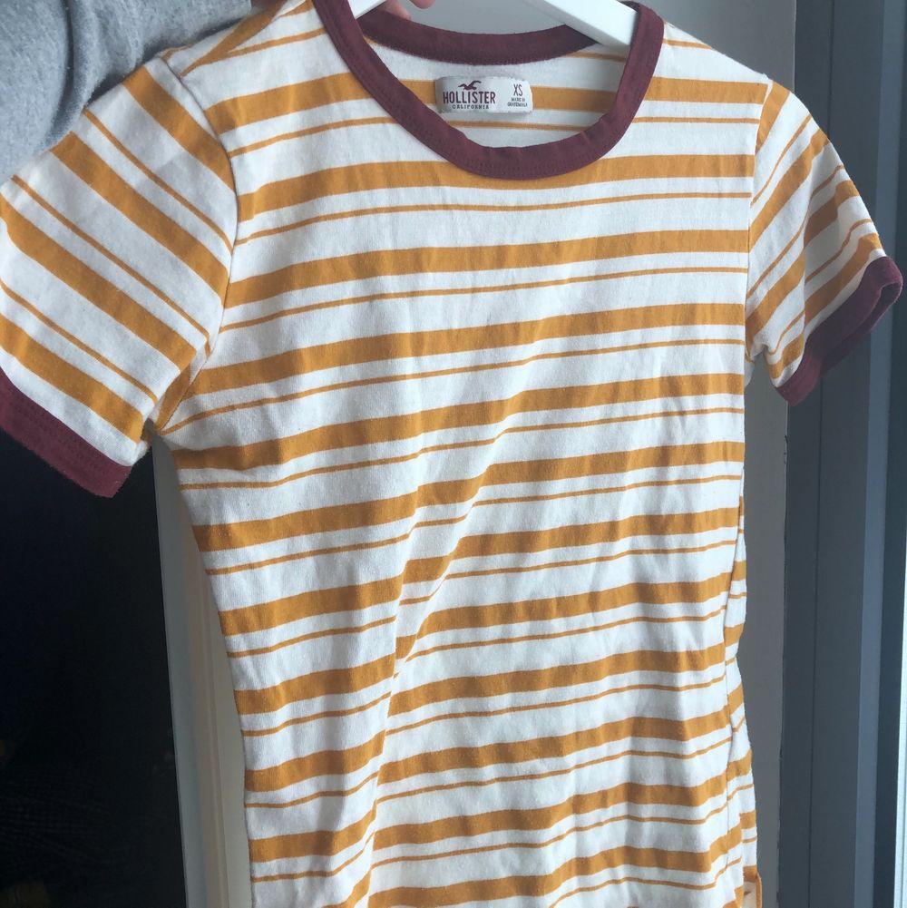 Säljer en nästan helt oanvänd randig T-shirt. Den är av äldre modell. Storleken är xs och passar mig inte längre ✨. T-shirts.