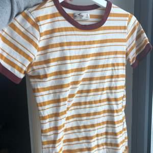 Säljer en nästan helt oanvänd randig T-shirt. Den är av äldre modell. Storleken är xs och passar mig inte längre ✨