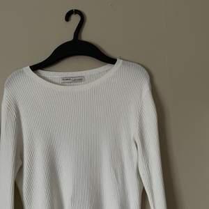 Vit tröja med jättefina detaljer! Aldrig använd!🥰