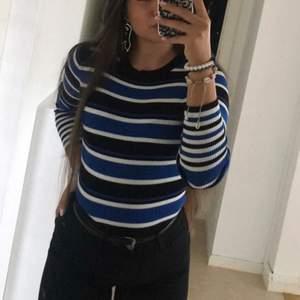 Säljer en jättefin randig blå tröja, köptes från NewYorker använt några gånger och är k storleken XS/S
