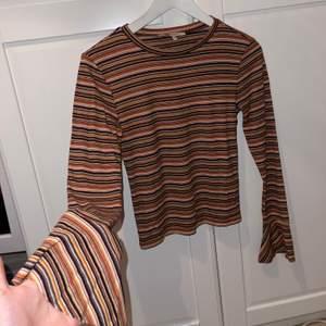 Säljer denna super fina och sköna tröja som är lite utsvängda vid handleden, otroligt fin för hösten med dessa höstliga färger