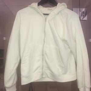 Riktigt najs modell på hoodie, fräsch grön färg storlek S