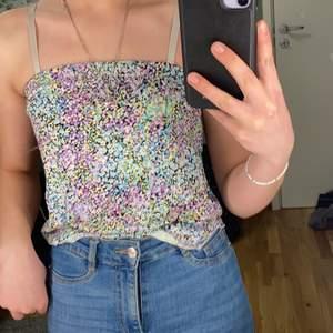 Färgglad strapeless tröja från H&M. Avklippta axelremmar och avklippta på längden. Använd men i bra skick.