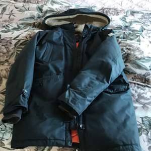 Säljer nu en snygg gant jacka i god skicka och har andvänta några fåtal gånger. Ordpris är runt 4000 kr men säljer den för 800kr. Frakt kan göras men du står för frakten!