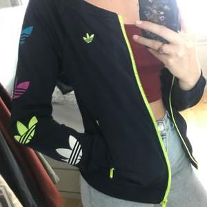 Super cool Adidas kofta med neongula dragkedjor. Bra skick, säljer då jag inte änvänder den. Går bra att träna i eller ha till vardags (finns inte att köpa längre i butik eller online)🦋✨🤗