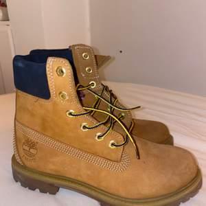 Helt sprillans nya timberlands yellow skor! Super snygga och har inte kunnat använda dom alls då de är för små för mig! Köpte för 1100kr. Startbud: 500. Eller om du vill köpa direkt för 899kr.