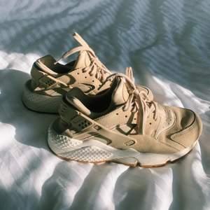 Sååå sköna och fina skor från Nike. Dock har de blivit för små för mig, står strl 40 men känns mer som 39! Sitter annars perfekt på foten! Inköpta för 1299kr! Kom gärna med egna prisförslag!!