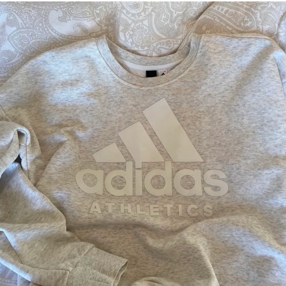Säljer min adidas tröja då jag aldrig använt den💕. Tröjor & Koftor.