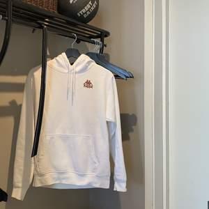 Intressekoll på min sjukt snygga vita kappa hoodie med svart tryck, dock har det svarta trycket på framsidan blivit missfärgat i tvätten och blivit brunt istället, dock tycker jag endast att det gjorde hoodien snyggare & unik🤎🐻 köpare står för frakt.