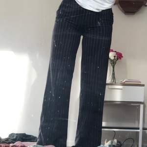 Mörkblå kostymbyxor med vita tunna ränder. Bra fall och fint material. Stl 34 (ca XS) men passar även 36 (S) 💙💙