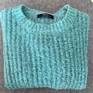 Säljer denna stickad tröjan från bershka , storlek S och är köpt i London💕 bud på 250 inkl frakt