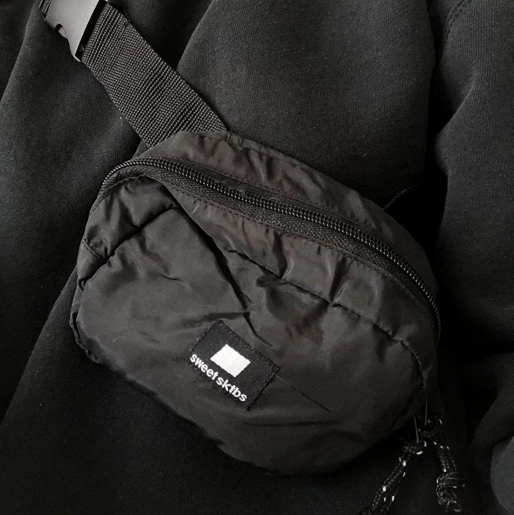 Säljer två sidebags/axelremsväskor från SweetSktbs. De är i mindre modeller bägge 2. (Färg: Svarta) Säljer helst i par men kan även säljas enskilt.  Lite frakt tillkommer✨. Accessoarer.